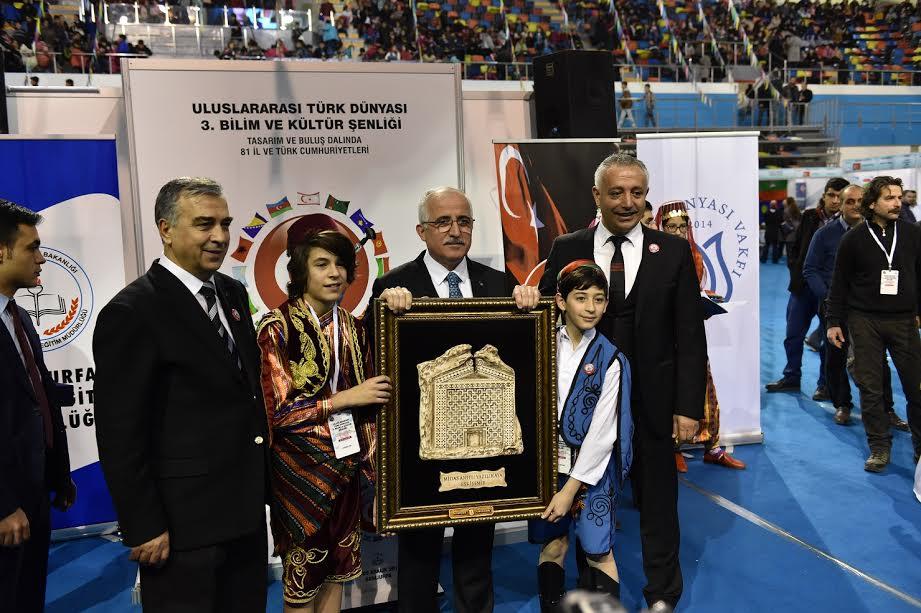 Türk Dünyası 3. Bilim ve Kültür Şenliği Şanlıurfa GAP Arena Kapalı Spor Salonu'nda çok sayıda konuğun katılımıyla başladı
