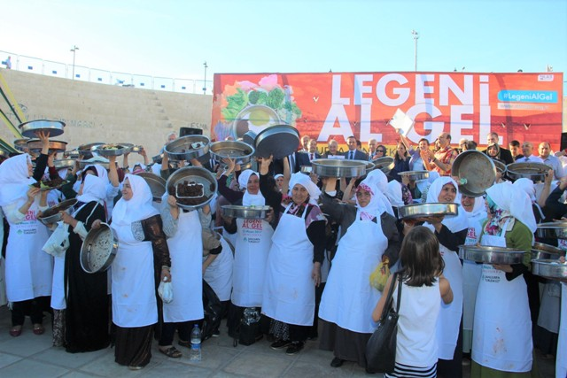 """Şanlıurfa'da Turizmi Geliştirme Derneği tarafından """"Leğeni al gel"""" sloganıyla organize edilen etkinlik kapsamında Şanlıurfa'da 400 kadın, aynı anda yöreye özgü lezzetlerden olan etli çiğ köfte yoğurdu"""