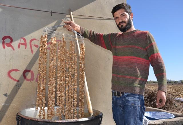 Şanlıurfa'nın Siverek ilçesinde bağ bozumunda toplanan üzümler, geleneksel yöntemlerle cevizli sucuk, pestil ve pekmeze dönüştürülüyor