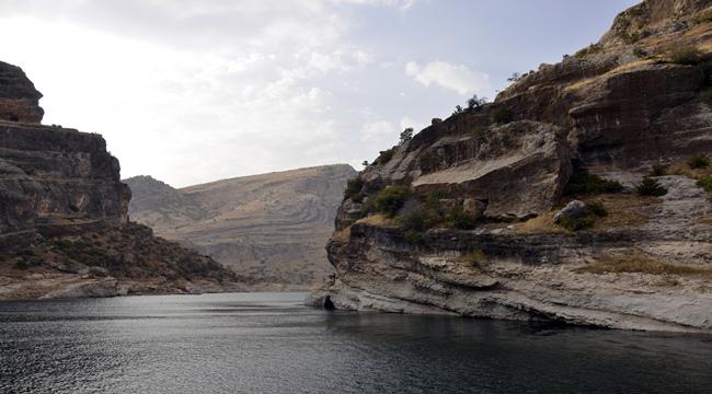 Şanlıurfa'nın Siverek ilçesinde Fırat Nehri'ne dik uzanan kayalıklarla süslü, Takoran Vadisi, turizmcileri ve doğa tutkunlarını bekliyor.