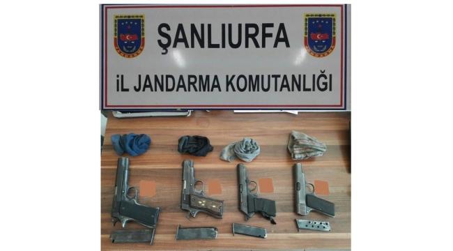 Akçakale'de tarlada 4 silah bulundu