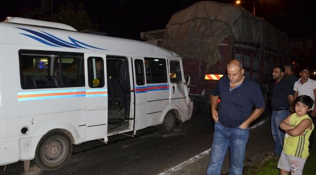 Siverek'te yolcu minibüsü kamyona çarptı