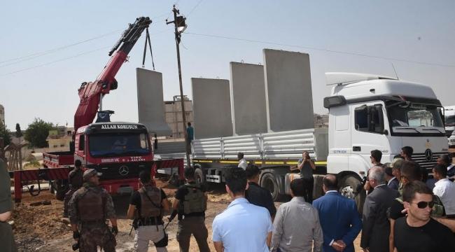 Vali Tuna Kobani sınırında duvar örme çalışmalarını inceledi