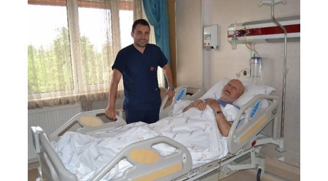92 yaşındaki hastanın idrar kesesinden 7 santimetre çapında taş alındı