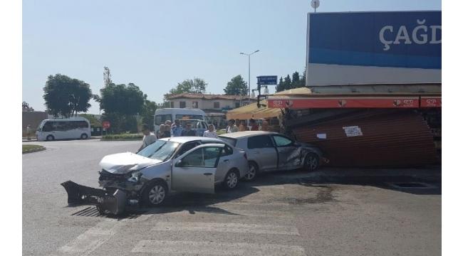 Antalya'da otomobil markete girdi: 1 yaralı