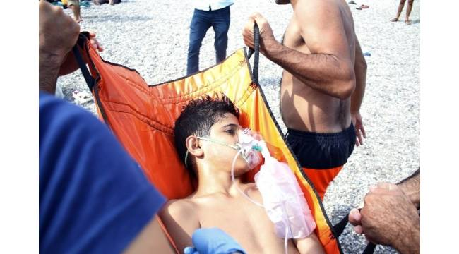 Deniz simidi elinden kayan 12 yaşındaki çocuk boğulmaktan son anda kurtarıldı
