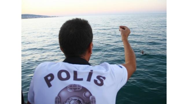 Denizde yüzerek gözden kaybolan genç polisi alarma geçirdi
