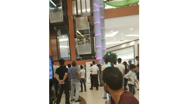 Diyarbakır'da vatandaşlar AVM'nin asansöründe mahsur kaldı