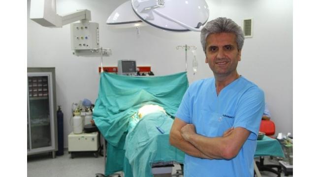 """Doç. Dr. Akbaş: """"Göğüs küçültme operasyonları lüks olarak görülmemeli"""""""