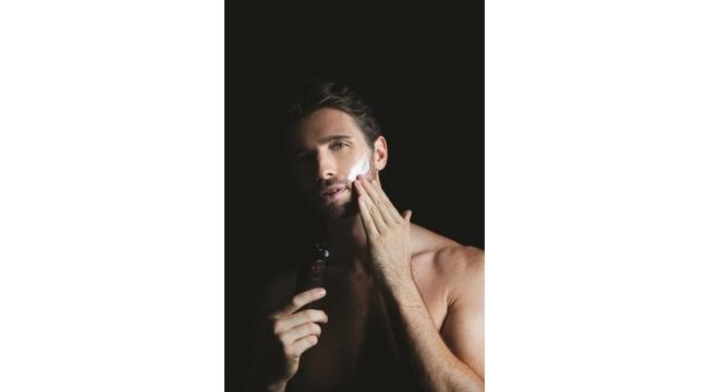 Erkekler cildine özel ürünlerle bakıyor