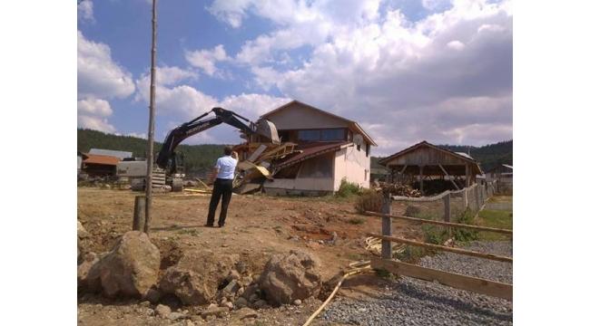 FETÖ'den aranan iş adamının yayla evi yıkıldı