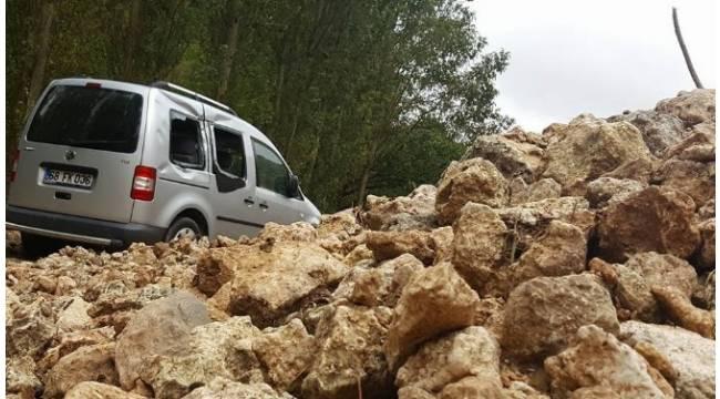 Karaman'da heyelan köy yolunu ulaşıma kapattı