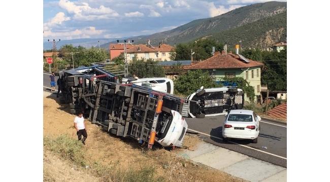 Kastamonu'da sıfır araçları taşıyan TIR devrildi