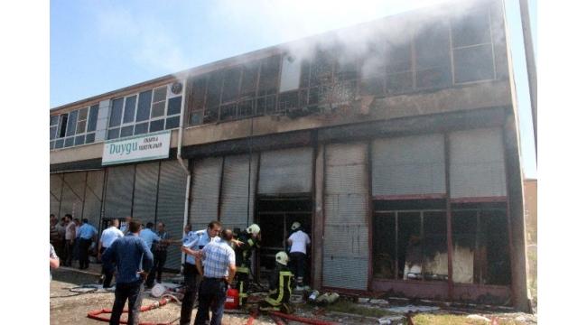 Kolonya imalathanesinde çıkan yangında bir çocuk yanarak öldü