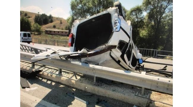 Köprülerin arasında takılı kaldı: 6 yaralı
