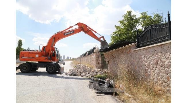 Koza İpek'in İncek'teki malikanesinin duvarı mehter müziği eşliğinde yıkıldı