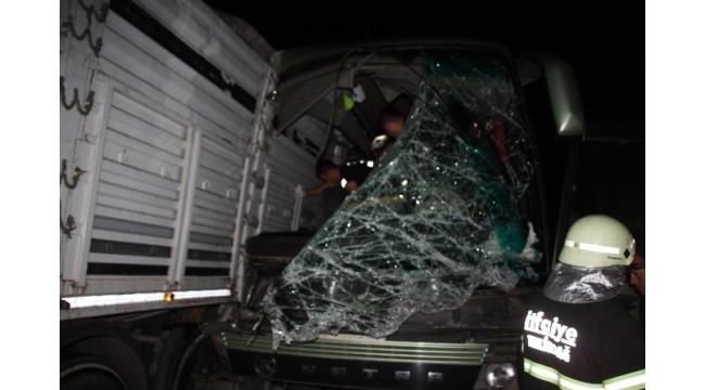 Makedon turistleri taşıyan otobüs kamyona çarptı: 1 ölü 38 yaralı