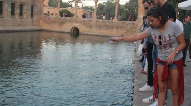 Merve Özbey Balıklıgöl'de beyaz balık aradı