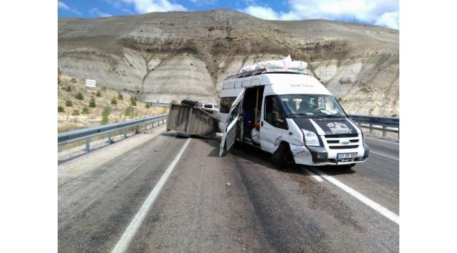 Mevsimlik işçileri taşıyan minibüs devrildi : 11 yaralı
