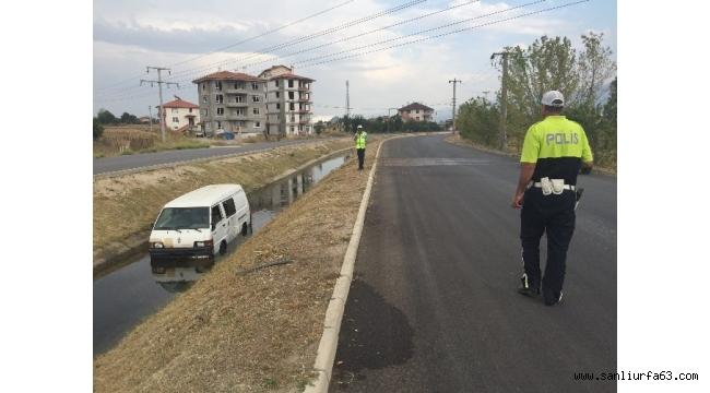 Minibüs su kanalına uçtu, sürücü olay yerinden kaçtı