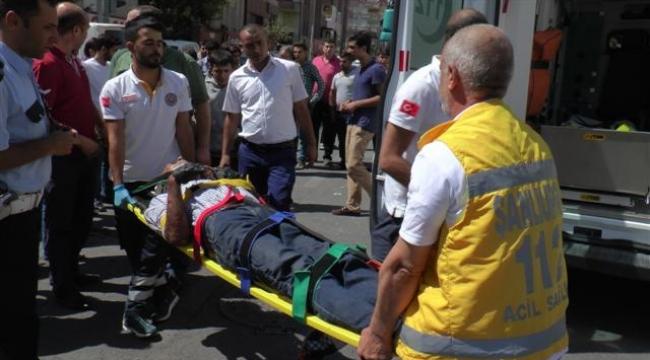 Motosiklet araça çarptı: 1 ağır yaralı