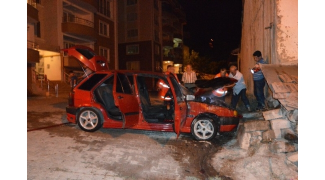 Niksar'da park halindeki otomobil yandı
