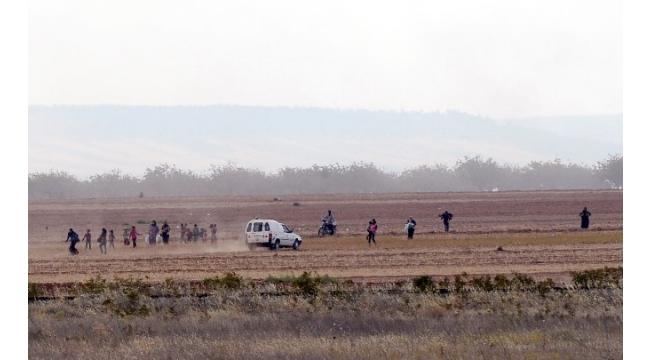 Obüsler vurdu, siviller Türkiye sınırında bekledi