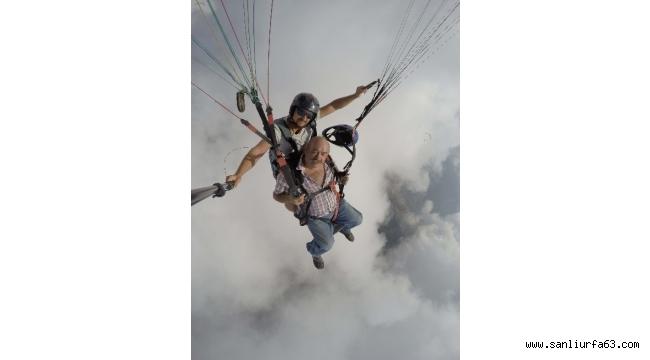 Oyuncu Yakup Yavru, Fethiye'de yamaç paraşütüyle uçtu