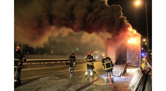 PVC doğrama yüklü TIR alev alev yandı