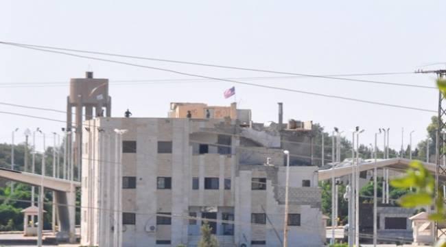 PYD'liler Akçakale sınırında ABD bayrağı için nöbet tutuyor