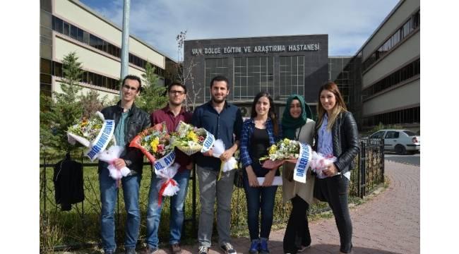 Van'a atanan doktorlar çiçeklerle karşılandı