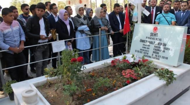 350 genç Ömer Halisdemir'in mezarını ziyaret etti