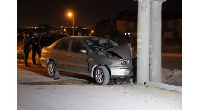 Direksiyon hakimiyetini kaybettiği otomobille beton aydınlatma direğine çarptı