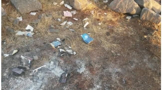 Diyarbakır'da boş arazide yakılmış FETÖ kitapları bulundu