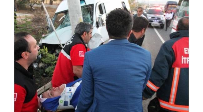 Düğüne giden minibüse otomobil çarptı: 15 yaralı