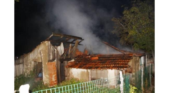 Hisarcık'ta bağ evlerinden hırsızlık ve kundaklama sonucu ahır yangını