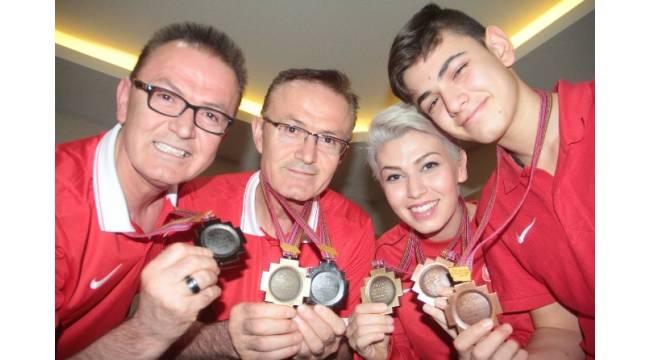 İkiz kardeşler ve çocuklarının tekvando başarısı: 83 madalya