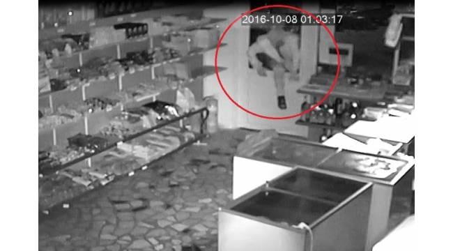 Kapüşonlu hırsız, marketi gece vakti soydu