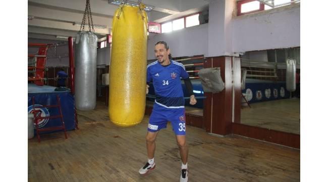 Karabükspor'da kalecilere boks eğitimi
