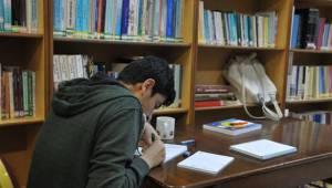 Karaköprü Halk Kütüphanesine öğrencilerin ilgisi