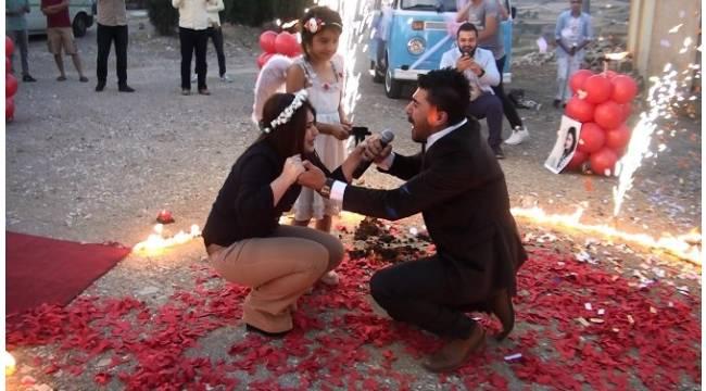 Kemanlı, havai fişekli, serenatlı evlilik teklifi