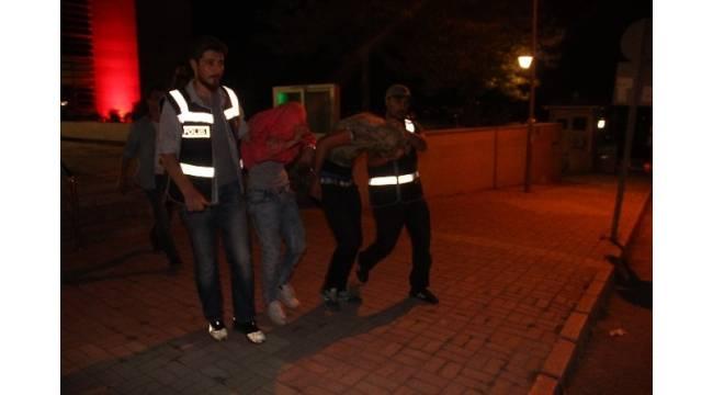 Kendilerine polis süsü verip, Iraklı öğrenciyi gasp ettiler