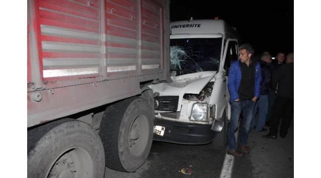 Minibüs park halindeki TIR'a çarptı: 1 yaralı