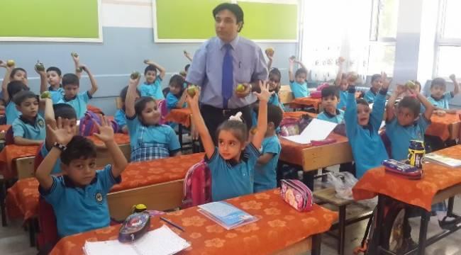 Okul Müdüründen Öğrencilere C vitamini takviyesi
