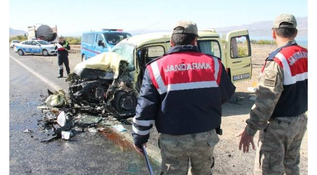 Otomobil ile hafif ticari araç çarpıştı: 2 ağır yaralı