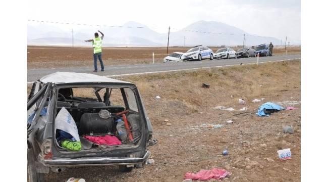 Otomobille kamyonet çarpıştı: 1 ölü, 1'i ağır 5 yaralı