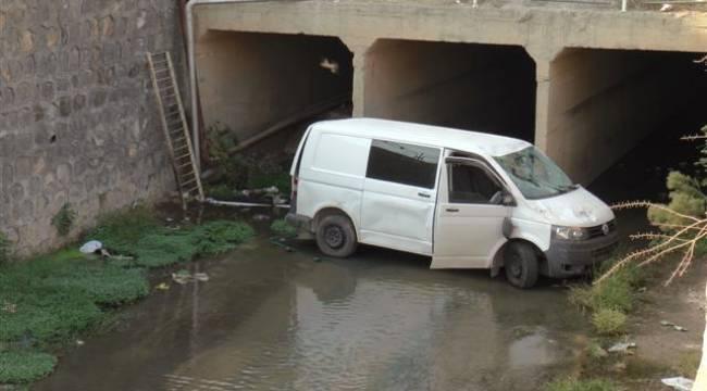 Şanlıurfa'da minibüs dereye uçtu