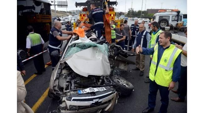 Sefaköy'de otomobil metrobüs yoluna girdi : 1 ölü