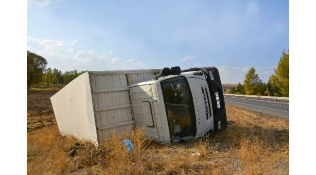 Sivas'ta mobilya yüklü Tır devrildi: 1 yaralı