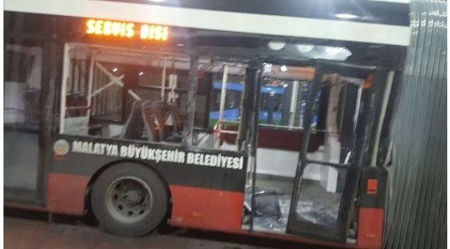 TIR trambüse çarptı: 6 yaralı